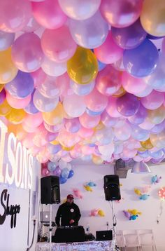 No Helium Required for this Epic Balloon Ceiling 2019 Make this epic balloon ceiling for your next big event! The post No Helium Required for this Epic Balloon Ceiling 2019 appeared first on Birthday ideas. Idee Baby Shower, Balloon Centerpieces, Balloon Ceiling Decorations, Balloons On Ceiling, Shower Centerpieces, Ceiling Ideas, Sweet 16 Parties, Surprise Parties, Farewell Parties
