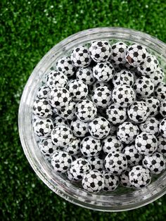 Soccer football birthday party ideas for boys or girls! Lots of creative DIY decorations, party printables, food and fun favors ideas! Soccer Party Favors, Soccer Birthday Parties, Birthday Party Desserts, Football Birthday, Birthday Cup, Football Soccer, Party Candy, Soccer Theme, Backdrops For Parties