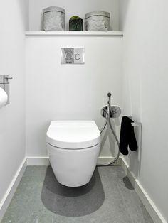 Una casa familiar con mucho diseño y terraza Wc Bathroom, Laundry In Bathroom, Bathroom Inspo, Small Bathroom, Toilet Plan, Attic Bedroom Designs, Smart Toilet, Italy House, Shower Systems