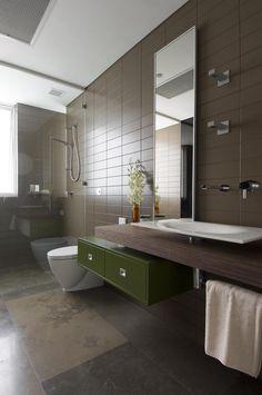 braune Badezimmer Fliesen und schwebender Holz-Waschtisch