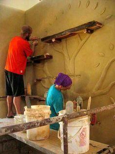 Mensole di legno grezzo per valorizzare una parete in modo originale.