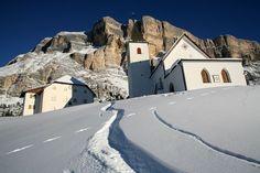 Chiesa ai piedi del Sasso Santa Croce Alta Badia Dolomiti