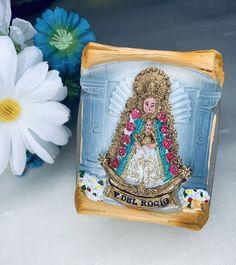 Imán de la Virgen del Rocío. Materiales: cerámica. 2,99€ #virgendelrocio #souvenirs #imán #imanes #regalos Coins, Coin Purse, Lunch Box, Magnets, Hand Fans, Souvenirs, Presents, Rooms, Bento Box