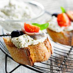 Crostini de crème d'anchois à la ricotta, à la tomate et aux câpres, facile et pas cher