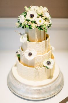 Gold cake: http://www.stylemepretty.com/little-black-book-blog/2015/05/15/traditional-glamorous-english-country-wedding/ | Photography: Jacob & Pauline - http://www.weddingphotographerduo.co.uk/