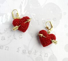 Valentine's Earrings crochet red heart and gold arrow. Crochet Earrings Pattern, Crochet Bracelet, Crochet Patterns, Thread Crochet, Hand Crochet, Fabric Jewelry, Beaded Jewelry, Jewellery, Diy Earrings
