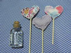 Lembrancinha perfumada. Coraçõezinhos feitos em tecido, costurados a mão, em haste de madeira, que serve como difusor do aroma da essência contida no vidrinho. O kit contêm 3 corações e um vidrinho com o perfume. Escolha o seu. R$ 7,00