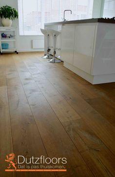 Als een houten vloer fabrieksmatig wordt geolied, kan deze uitstekend gelegd worden in de keuken. De vloer is van Europees eiken en heeft een toplaag van 4mm massief eikehout. De planken zijn 22cm breed, rustiek en gerookt.