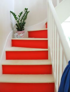 Red and white painted stairs. red home decor - decorating with red Painting Wooden Stairs, Painted Stairs, Painted Floors, Red Home Decor, Easy Home Decor, House Stairs, Carpet Stairs, Painted Staircases, Spiral Staircases