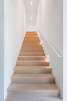 Realisatie   Privéwoning Fam. C, Antwerpen   Schoeffaerts Afwerking & Interieur Wooden Staircases, Stairways, Interior Stairs, Home Interior Design, Staircase Design Modern, Stairwell Wall, House Staircase, Modern Murphy Beds, Scandinavian Home