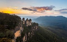Sidneys Retreat Katoomba Just a 5-minute drive from the Three Sisters, Sidneys Retreat is a 2-bedroom cottage featuring a balcony with lovely mountain views. The historic cottage boasts a fireplace, BBQ facilities and a fully equipped kitchen.