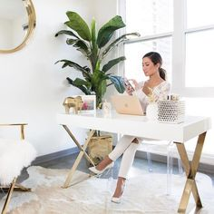 Most Popular Chic Home Office Decor Girly Ideas Gold Office Decor, Feminine Office Decor, White Desk Office, Modern Office Decor, Modern Wall, Decoration Ikea, Cool Office Space, Small Office, Creative Office