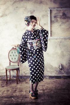 【ハルカス】帯留めにもなるレトロ派手ブローチ | PEG by cosmo accessory Kimono Japan, Japanese Kimono, Japanese Girl, Kimono Outfit, Kimono Fashion, Modern Kimono, Japanese Costume, Japan Woman, Wedding Kimono