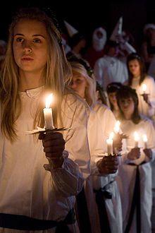 luciafeest Op 13 december komt Lucia met haar gevolg. Lucia draagt een lange witte jurk en heeft een kroon met kaarsjes op haar hoofd. Ze wordt gevolgd door een optocht van andere meisjes, eveneens in witte jurken, maar dan met een kaars in de hand