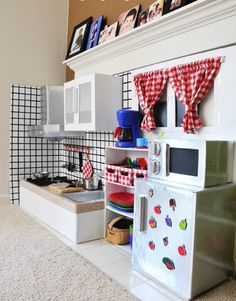 When this mom decided she wanted a play kitchen for her girls, she shopped around and discovered that retail play kitchens were (a) expensive and (b) limited Cardboard Kitchen, Cardboard Play, Cardboard Crafts, Diy Kids Kitchen, Toy Kitchen, Warm Home Decor, Hippie Home Decor, Cocina Diy, Diy Toys