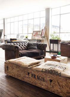 Des éléments du mobilier se mariant parfaitement avec le cuir, alliance d'authenticité et de modernité sur choix de matériaux ancien au design épuré...
