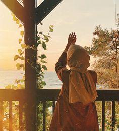 Görüntünün olası içeriği: bir veya daha fazla kişi, ayakta duran insanlar, gökyüzü ve açık hava