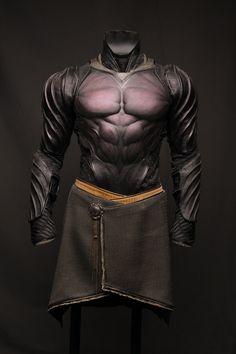 Batman-like leather armor. Suit Of Armor, Body Armor, Fantasy Armor, Fantasy Weapons, Armadura Cosplay, Costume Armour, Armadura Medieval, Leather Armor, Armor Concept