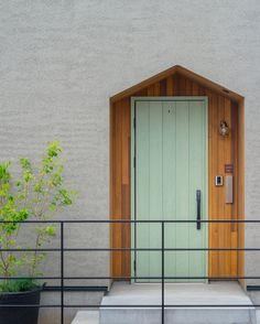 可愛すぎず、シンプルすぎず。  でも人と違うかわいいポーチ。  #グランハウス#設計事務所#岐阜#玄関  #玄関ポーチ#玄関ドア#ポーチ#おしゃれな玄関  #おしゃれなドア#おしゃれな家#注文住宅  #グレーの家#塗り壁#ベルアート#土間  #金ごて#ポスト#かわいい家#住宅#新築  #アーキテクト#architect#インテリア