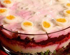 Слоёный салат с перепелиными яйцами и горохом