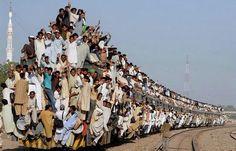 2. Dans ce train au Soudan, il faut s'accrocher pour trouver une place !