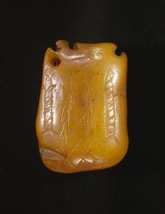 Amuletter af rav?  Hængesmykker kunne været lavet af rav. Særligt prangende er de store dråbeformede stykker, der er mest almindelige i Jylland. De har borede huller, således at man kunne bære dem i en snor. Men vi ved ikke, hvem der bar dem, om det var kvinder, mænd eller begge grupper. Vi kender heller ikke til deres betydning. Måske har de gyldne smykker fungeret som beskyttende amuletter i lighed med andre amuletter fra jægerstenalderen. Nogle af ravsmykkerne er prydet med indridsede…