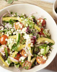 Een lekker vullende variant van de Griekse salade, met fregola sarda pasta erbij, dat zijn kleine leuke pastabolletjes. Een heerlijke maaltijdsalade! Veggie Recipes, Salad Recipes, Healthy Recipes, Healthy Food, Salad Wraps, Vegetarian Lifestyle, Happy Foods, Summer Recipes, Food Inspiration