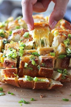 Bloomin Onion Bread (Pull Apart Bread) Has to be one of the best cheesy breads in the world. Gooey strings of cheese meets crunchy, fresh green onions and poppy seeds! Blooming Onion Bread, Appetizer Recipes, Appetizers, Bloomin Onion, Pan Relleno, Pull Apart Bread, Tasty, Yummy Food, Snacks