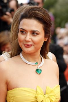 Preity Zinta hairstyle haircut hair color beauty tips white skin tone Pretty Zinta, Simplicity Is Beauty, Dehati Girl Photo, Strapless Bustier, Indian Celebrities, Dimples, Beauty Photography, Girl Photos, Hd Photos