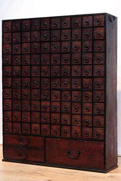 圧巻の100杯の引き出しを備えたレトロな面持ちの薬箪笥 Ba5773