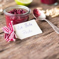 Leuchtend rote Farbe, saftiges Fleisch und süßlich-erdiger Geschmack – die rote Knolle gehört zu den gesündesten Gemüsesorten und macht dieses #Pesto zu einer wahren Vitaminbombe. #rotebete #rezept
