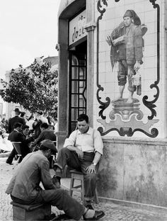 Kees Scherer Shoeshiner in Lisbon , Portugal Old Pictures, Old Photos, Vintage Photos, Portuguese Culture, Visit Portugal, Dutch Artists, Best Cities, Vintage Photography, Historical Photos