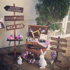 結婚式の受付に飾りたいウェルカムアイテムまとめ | marry[マリー] Wedding Welcome Board, Welcome Boards, Chic Wedding, Wedding Signs, Welcome Flowers, Underwater Wedding, Baby Girl Bedding, Museum Wedding, Wedding Images