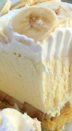 banana pie This Easy Banana Cream Pie is one of my favorite quick and easy desserts. Since we use a store-bought crust and instant banana pudding, it can be made in a jiffy. Instant Banana Pudding, Banana Pudding Recipes, Banana Cream Cheesecake, Easy Banana Cream Pie Recipe With Pudding, Bannana Cream Pie, Banana Tart Recipe, Banana Dessert Recipes, Banana Pudding Cheesecake, Pudding Pies