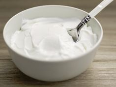Greek Yogurt acts as a natural conditioner for hair! What You Need 2 tablespoons Greek yogurt 1 tablespoon honey 1 lemon What You Need To Do Take the two tablespoons of Greek yogurt in a bowl. Whey Protein Recipes, Protein Foods, Diet Recipes, Vitamix Recipes, Recipies, Diabetic Tips, Diabetic Snacks, Coconut Benefits, Vanilla Greek Yogurt