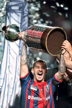 El mas grande!! #futbolsanlorenzo Club, Lionel Messi, Tatoos, Soccer, Football, Retro, Sport, Frases, Team Shirts