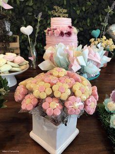 Festa Jardim Encantado,  mesa decorada com enfeites de flores de jujubas #festainfantil #festajardimencantado