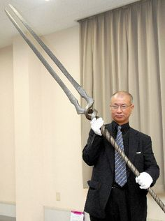 "Master Japanese craftsmen make real-life versions of ""Spear of Longinus"" and other weapons from Evangelion. Though the spear falls short of the 70 meters needed to be wielded by a giant EVA, it is still an impressive meters long. Samurai, Swords And Daggers, Knives And Swords, Grandeur Nature, Maila, Japanese Sword, Fantasy Weapons, Fantasy Sword, Neon Genesis Evangelion"