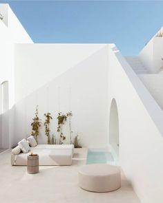 Summertime in Santorini. Image via Santorini House, Fira Santorini, Mykonos Greece, Crete Greece, Athens Greece, Exterior Design, Interior And Exterior, Mini Piscina, Couch Magazin