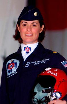Maj_Nicole_Malachowski,_USAF_Thunderbirds.jpg (JPEG 画像, 1039x1600 px)