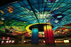 La estación Kaohsiung es famosa por la enorme cúpula de colores que ilumina el sitio, diseñada por el artista italiano Narciso Quagliata, y considerada el mayor trabajo de cristal: 30 metros de diámetro, una superficie de 2.180 metros cuadrados y 4500 paneles de cristal de color.