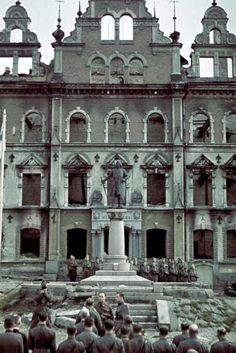 Viipurin valtausparaatin tapahtumia Torkkeli Knuutinpojan patsaalla, kaupunginmuseon edustalla 31.8.1941. Viipuri