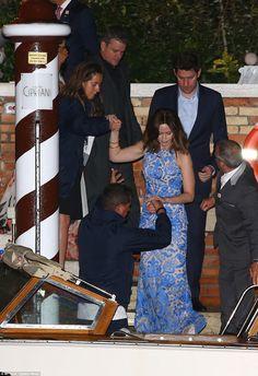 Repleto de estrelas: Emily Blunt - que é acompanhado por seu marido John Krasinski - recebe uma mão amiga quando ela subiu para o barco