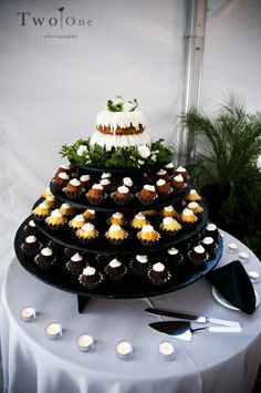 Bundt Cakes as alternative to wedding cake Alternative Wedding Cakes, Wedding Cake Alternatives, Cool Wedding Cakes, Wedding Cupcakes, Wedding Desserts, Nothing Bundt Cakes, Wedding Cake Cutting, Traditional Wedding Cake, Wedding Cake Toppers