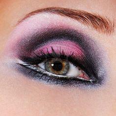 Zwart-paarse make-up van de ogen. Groene ogen. Macro een foto van een oog. Stockfoto