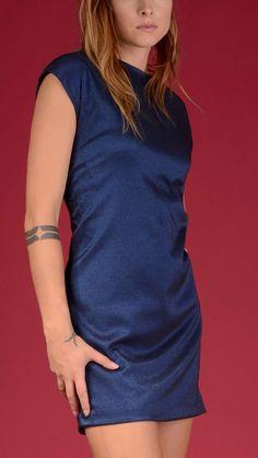 Troux Aux Biches Short sleeve crewneck dress, back V-neck, gathered back. 74% viscose, 22% polyamide, 4% elastane