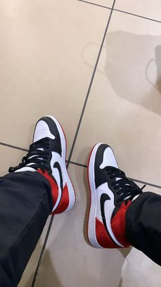 Jordan Shoes Girls, Girls Shoes, Sneakers Looks, Shoes Sneakers, Zapatillas Nike Air, Shoe City, Nike Air Shoes, Photography Poses For Men, Fake Photo