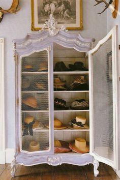 Closed door hat closet pour organizing mes chapeaux :)