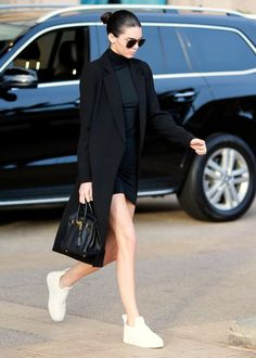 White sneakers with an all black outfit Kendall Jenner White Dress, Kendall Jenner Shoes, Jenners, Black Turtleneck, Turtleneck Dress, Kendal Jenner Street Style, Outfit With White Sneakers, Black Coat Outfit, Kendall Kenner