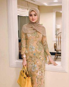 Pin Image by American Joss Batik Fashion, Abaya Fashion, Fashion Dresses, Dress Brokat, Kebaya Dress, Arab Girls Hijab, Girl Hijab, Casual Hijab Outfit, Hijab Chic
